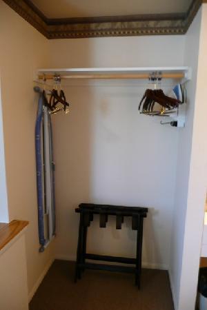 Silver King Inn & Suites: Ecke für Gepäck, Bügelbrett und Bügeleisen