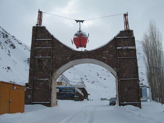 Karaj, Iran: スキー場駐車場入り口、日帰り車は有料