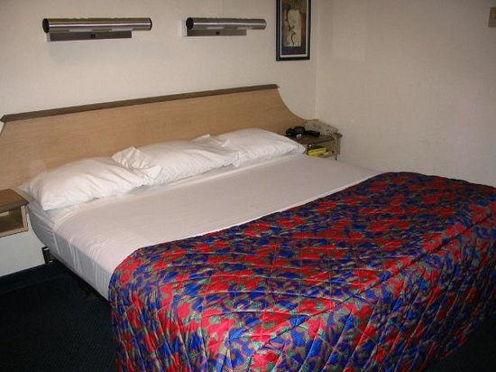 Red Roof Inn Salem: King size bed, very comfortable.