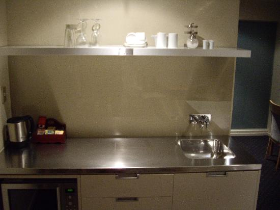Bentleys Motor Inn: Well stocked Kitchenette