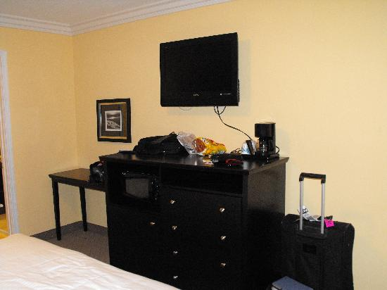Solaire Inn and Suites: Flat screen TV, microwave, fridge underneath (ignore my stuff in the photo!!)