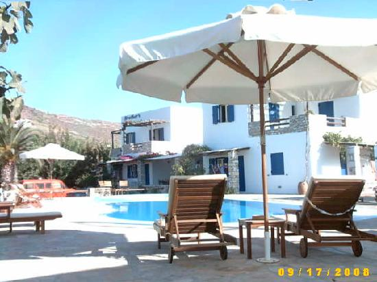 Brothers Hotel : The pool - plenty of comfortable seating