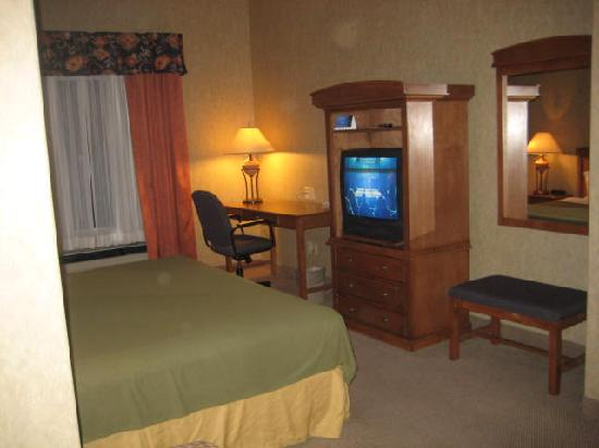 Holiday Inn Express: work area with free internet and entertainment unit
