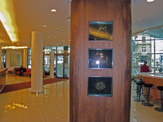 Holiday Inn Vilnius: Lobby and bar