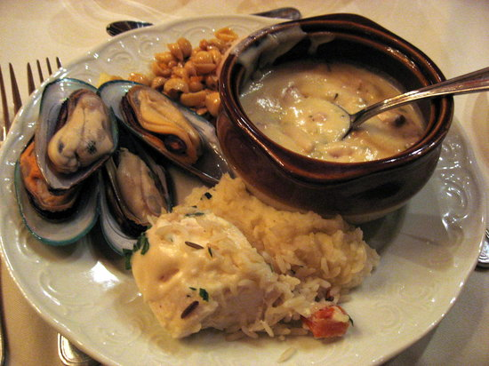 Earl's Lodge Dining Room: The best we could get off the seafood platter