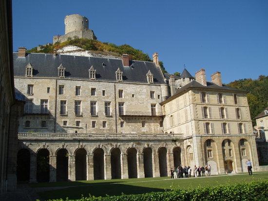 Chateau de La Roche-Guyon: le chateau et la cour principale