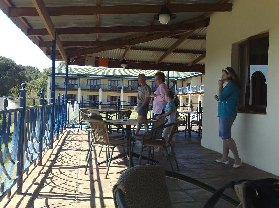 Magoebaskloof, แอฟริกาใต้: The balcony outside the restaurant facing some ot the rooms