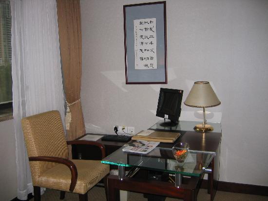 Wuzhou Guest House: ホテルの部屋のデスクとPC