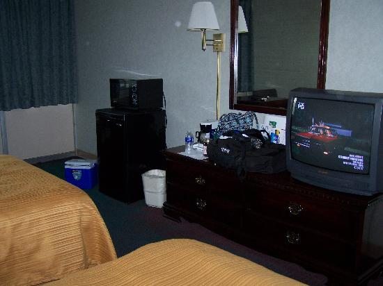 Quality Inn Shenandoah Valley: TV Dresser Frig and Microwave