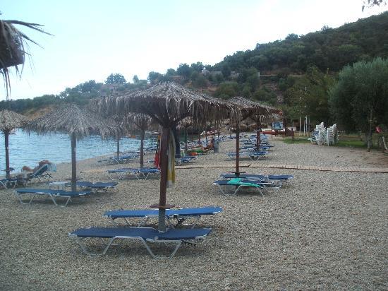 Agroktima Boukouvala Apartments : beach at Hotel Belle Helene