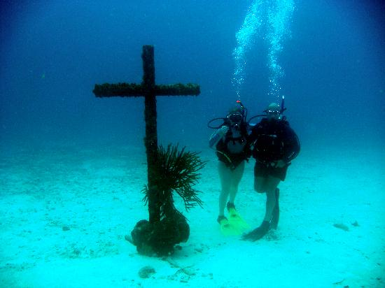 JADS Dive Center : Church beneath the waves
