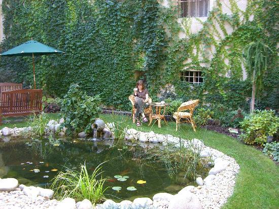Penzion Hradbova : Breakfast in the garden