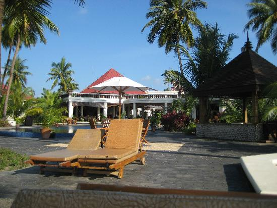 Amazing Chaung Tha Resort: deck chairs, pool, dining area