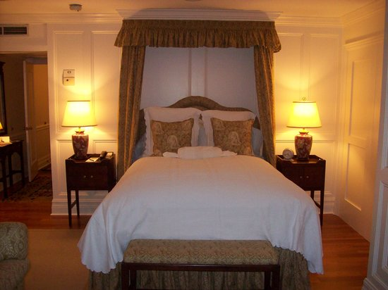 Langdon Hall Country House Hotel & Spa: Very plush bed: Frette linens and feather-top mattress.