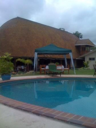 Le Manumea Hotel: view from pool to restaurant