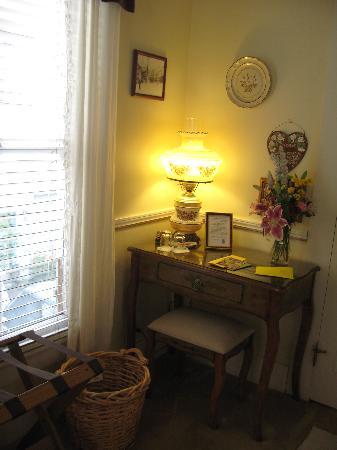 Deer Creek Inn: Corner desk