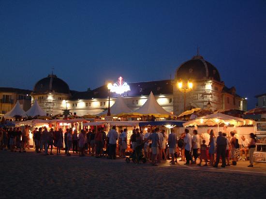 Chatelaillon-Plage, Francia: Le marché nocturne sur le bord de la plage