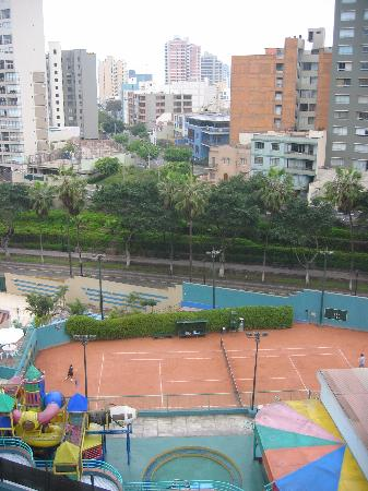 Radisson Hotel Decapolis Miraflores: view straight accross, 6th floor
