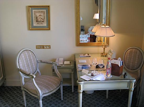 โรงแรมโฟร์ ซีซั่น จอร์จ ไฟฟ์ ปารีส: writing desk