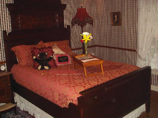 Rosevine Inn: Bedroom in the Suite