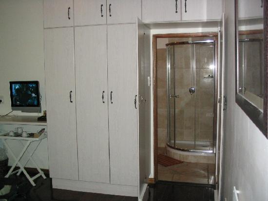 Kronenhoff Guest House: Hidden Bathrooms Through Cabinet