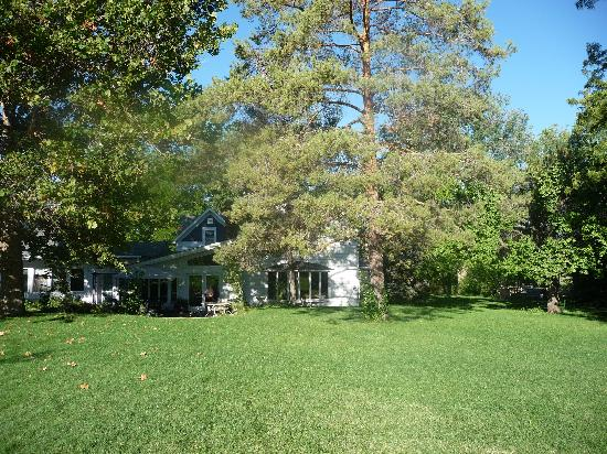 Willow Pond Bed and Breakfast: Garden at Willow Pond