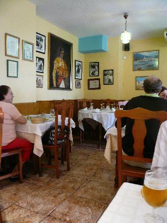 Marisqueria los Delfines: Inside the restaurant / 店内