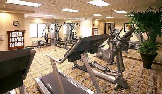 ‪هوليداي إن إكسبرس هوتل آند سويتس ماديسون: Spacious Fitness Center with Treadmills, Elliptical, Bike, and Universal Gym‬