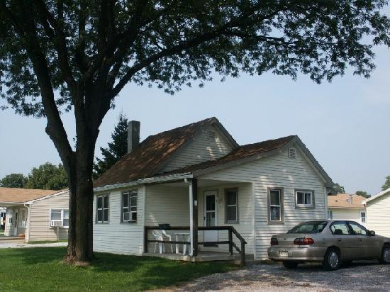 Flory's Cottages & Camping: 1 BR cottage facing Ronks Rd.
