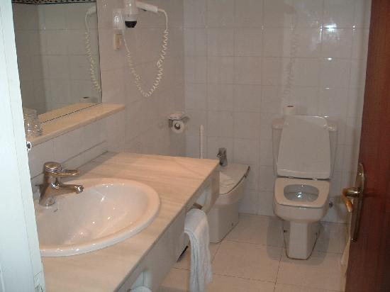 H.TOP Caleta Palace: bathroom........very clean!