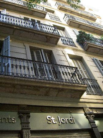 St. Jordi Apartments: outside