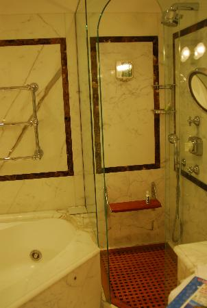 Le Sirenuse Hotel: bathroom with separate jacuzzy tub
