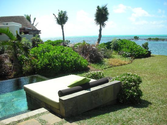 Four Seasons Resort Mauritius at Anahita : 011 - FSMRU - Pool, daybed and private garden of a Lagoon Pool Villa