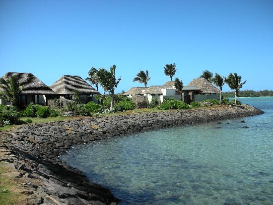 Four Seasons Resort Mauritius at Anahita : 020 - FSMRU - Many Lagoon Pool Villas have a rocky edge at the end of their