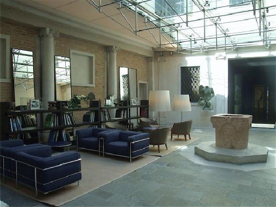Palazzo Selvadego: main hotel lounge area