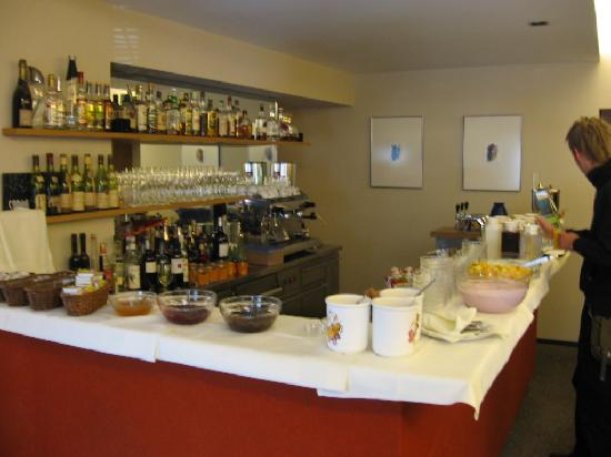 Hotel Blauer Bock: Breakfast buffet area