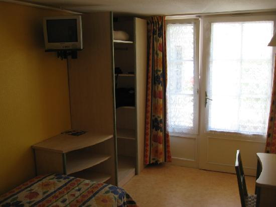 Hotel Arc-En-Ciel : TV, closet, window