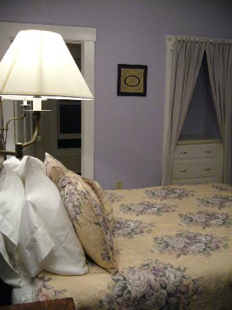 Squam Lake Inn: lilac room