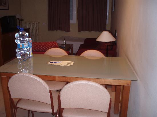 Aparthotel Bertran: dining table