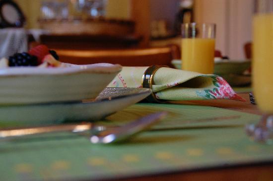 Korner Kottage Bed & Breakfast: Breakfast table