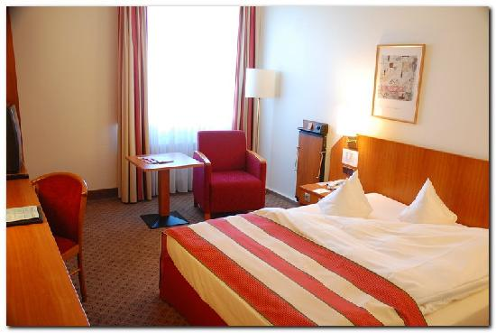 Leonardo Hotel Aachen: View of the room when entering...note the mushy pillows