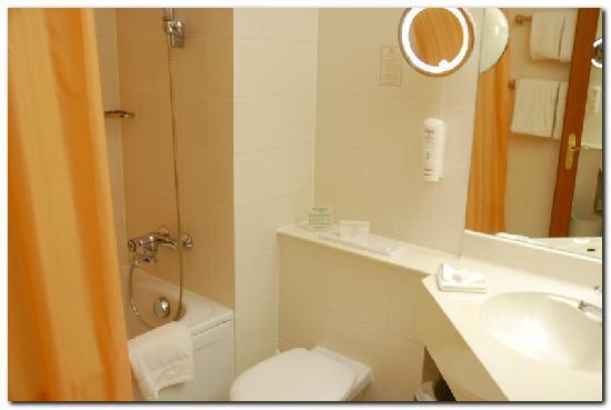 Leonardo Hotel Aachen: Spacious bathroom with tub and shower