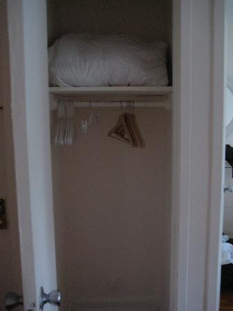 Antique Cafe Bed & Breakfast: walk in closet