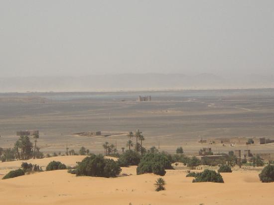 Le Chevalier Solitaire: Castello nel deserto con dietro il lago