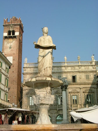 Верона, Италия: Fontana di Madonna Verona with Palazzo Maffei  and Torre del Gardello at the background