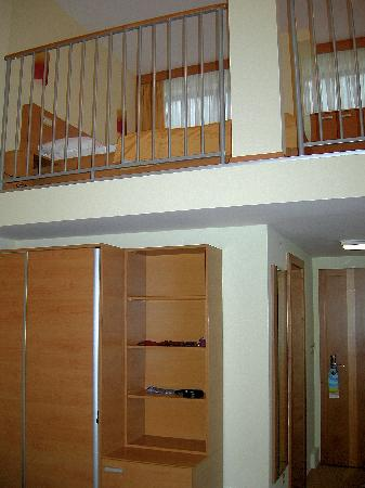 AquaCity Seasons Hotel: Vista de los 2 pisos de la habitacion