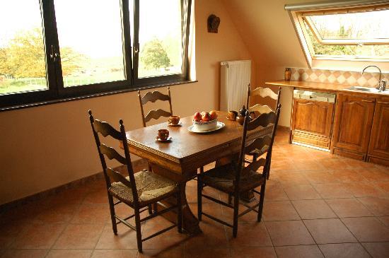 Country House Louvignies: キッチンの机。ここもまた木目の家具でかわいかったです。