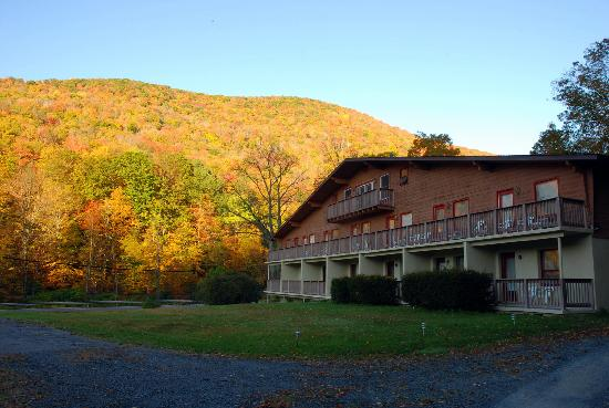 Shandaken, État de New York : Catskills Season Inn with colors of fall