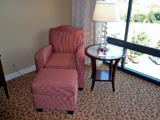 Pleasanton Marriott: Room 634 armchair and floor to ceiling windows