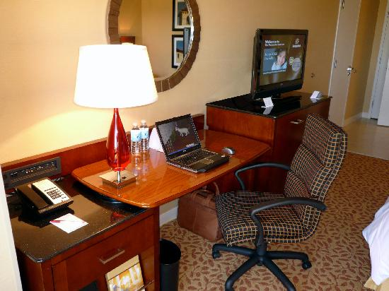 Pleasanton Marriott: Room 634 work area and LCD TV